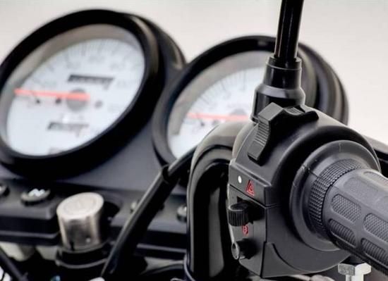 AKT 125 NKD controles