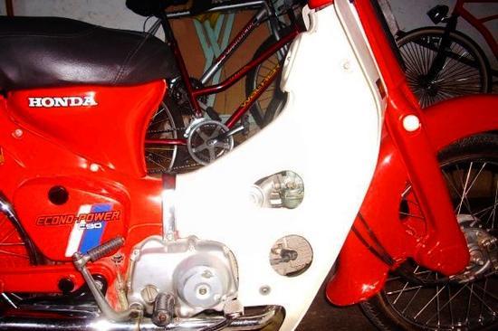 Honda C 90 babero