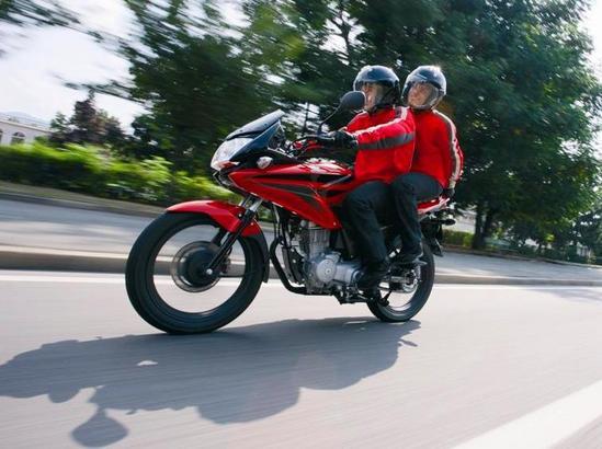 Honda CBF 125 circulando