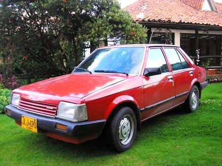 Mazda 323 Rojo vista frontal derecho