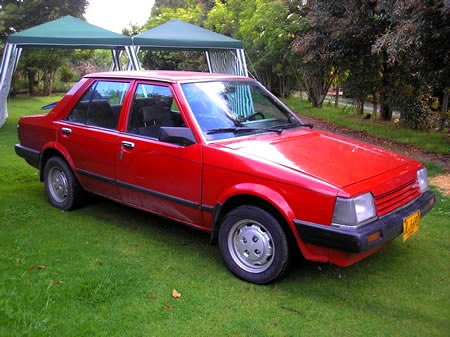 Mazda 323 Rojo vista frontal izquierdo