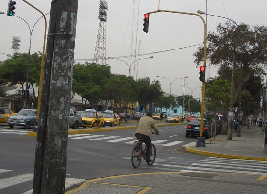 semaforo rojo giro a la derecha prohibido o no