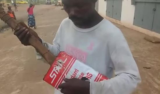 Youtube: ciego toca guitarra de lata