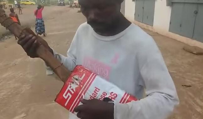 YouTube: Artista Liberiano ciego, sorprende al mundo con su guitarra de lata.