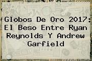 Globos De Oro 2017: El Beso Entre Ryan Reynolds Y <b>Andrew Garfield</b>