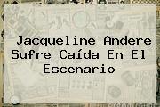 <b>Jacqueline Andere</b> Sufre Caída En El Escenario