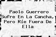 <b>Paolo Guerrero</b> Sufre En La Cancha, Pero Ríe Fuera De Ella
